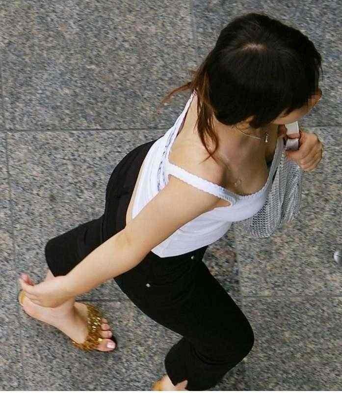 デカい乳房と透けて見える下着がエロい (19)