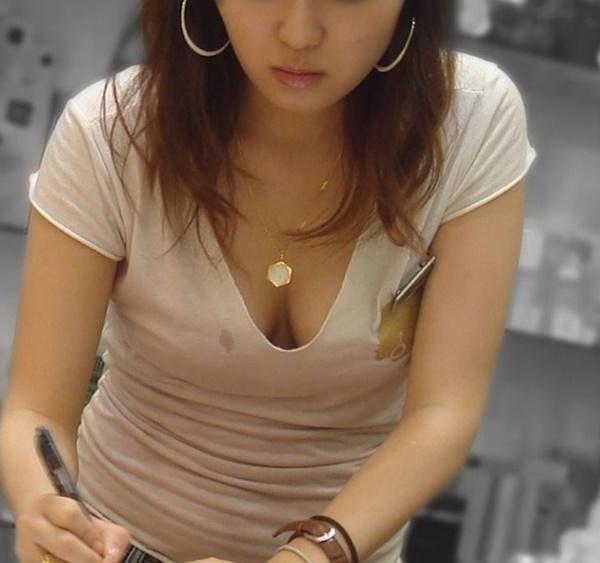 デカい乳房と透けて見える下着がエロい (7)