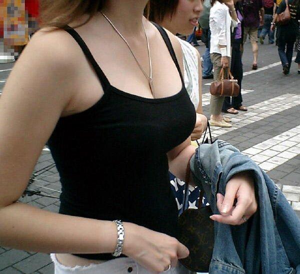 デカい乳房を揺らして歩く巨乳娘 (10)