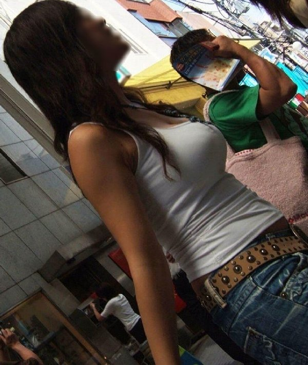 デカい乳房を揺らして歩く巨乳娘 (16)