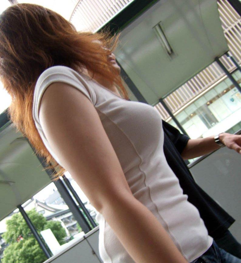 デカい乳房を揺らして歩く巨乳娘 (3)