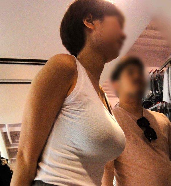 デカい乳房を揺らして歩く巨乳娘 (1)
