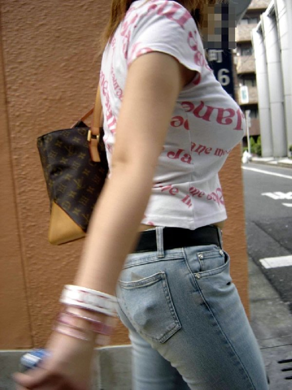 デカい乳房を揺らして歩く巨乳娘 (14)