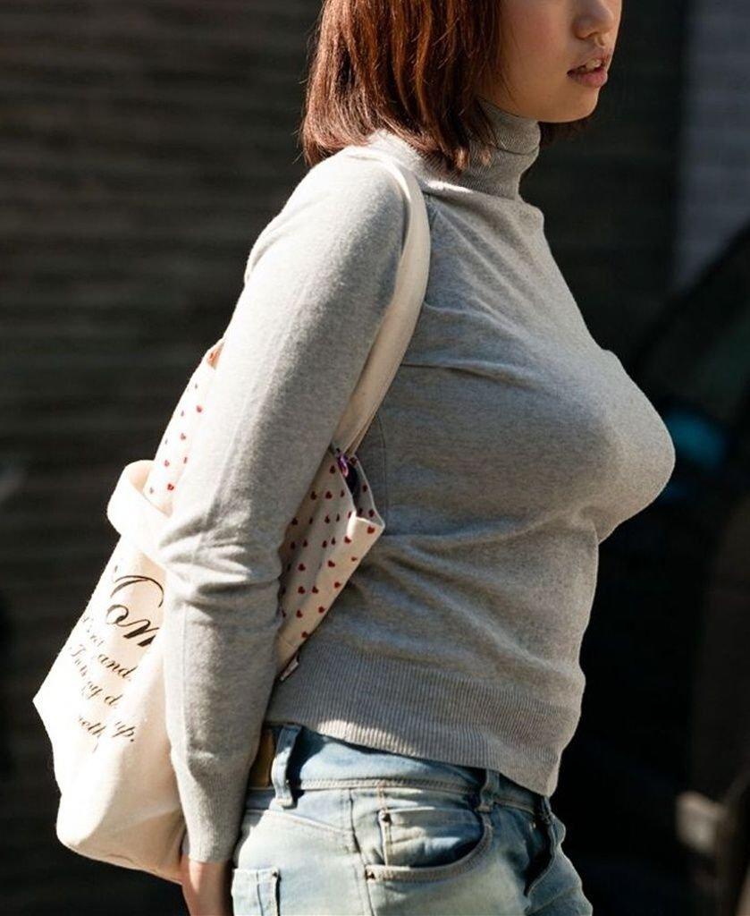 デカい乳房を揺らして歩く巨乳娘 (7)