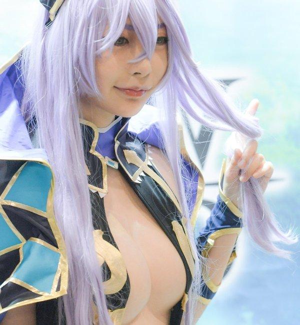 過激な衣装で乳房がポロリしそうな素人さん (1)