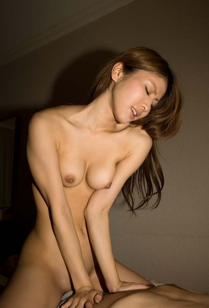 男に跨って腰を振る女性上位のSEX (5)