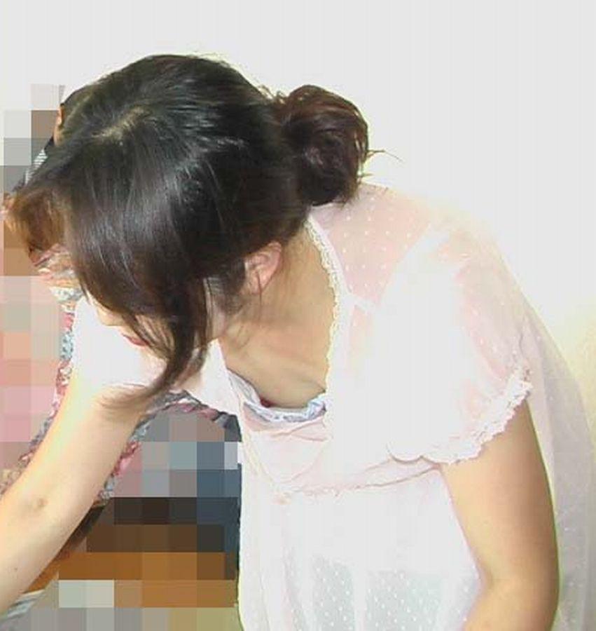 小さな乳房ほど乳頭が覗きやすい (6)