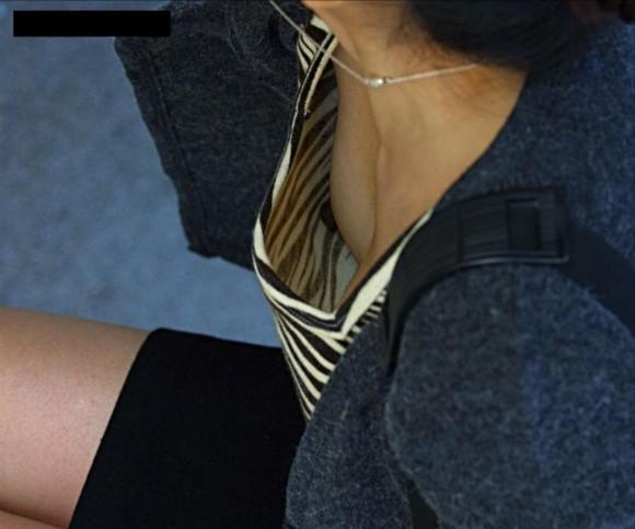 小さな乳房ほど乳頭が覗きやすい (8)