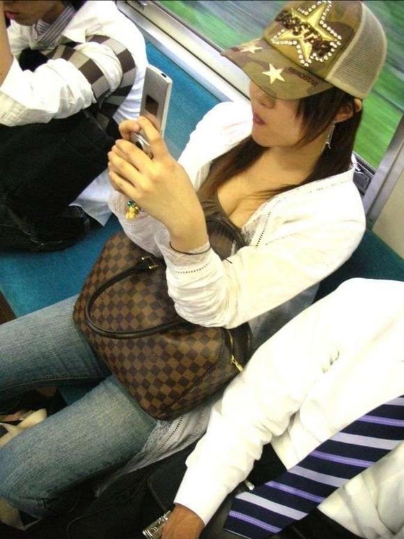 電車の中はオッパイを覗かれるスポットかも (3)