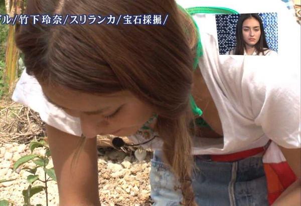不覚にも乳房を見せてしまったタレントさん (15)