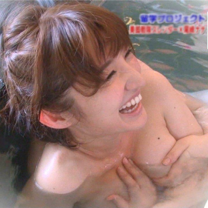おっぱいが見えそうな女優やアイドルの入浴場面 (1)