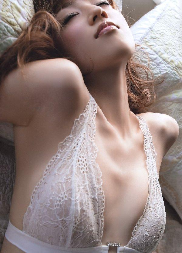 アイドルや女優がランジェリーだけのセクシーボディを披露 (19)