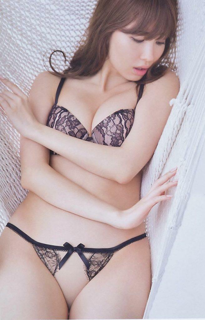 アイドルや女優がランジェリーだけのセクシーボディを披露 (17)