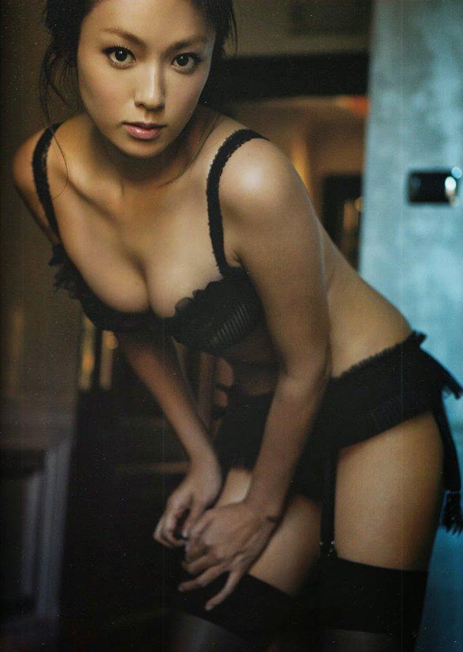 アイドルや女優がランジェリーだけのセクシーボディを披露 (20)