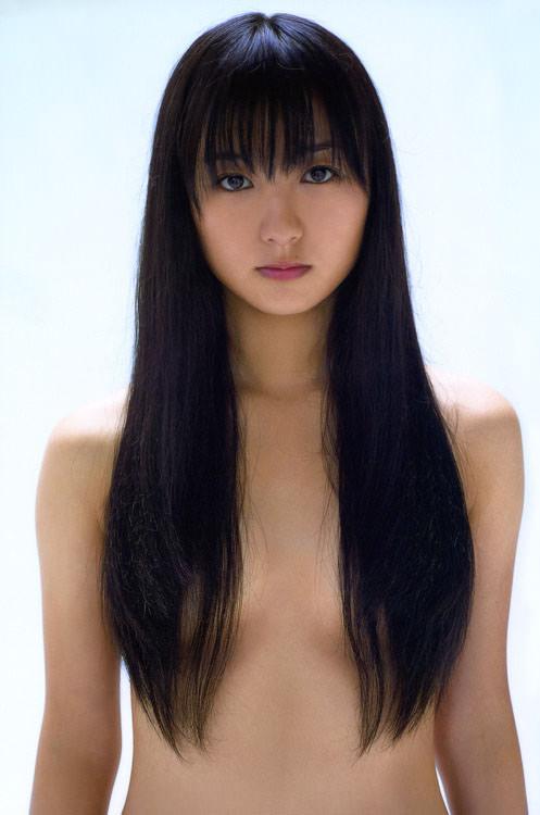 長い髪の毛をオッパイに垂らして乳頭だけ隠すワザ (3)