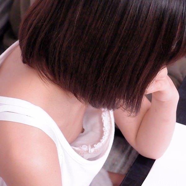 【H,エロ画像】乳首までチラっと見えちゃってる、シロウト女性たちの胸元がえろい