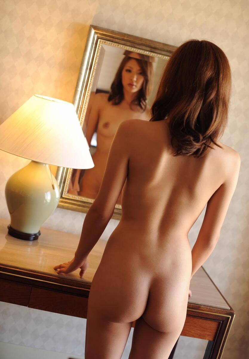 全裸でのバックショットが妖艶でセクシー (8)