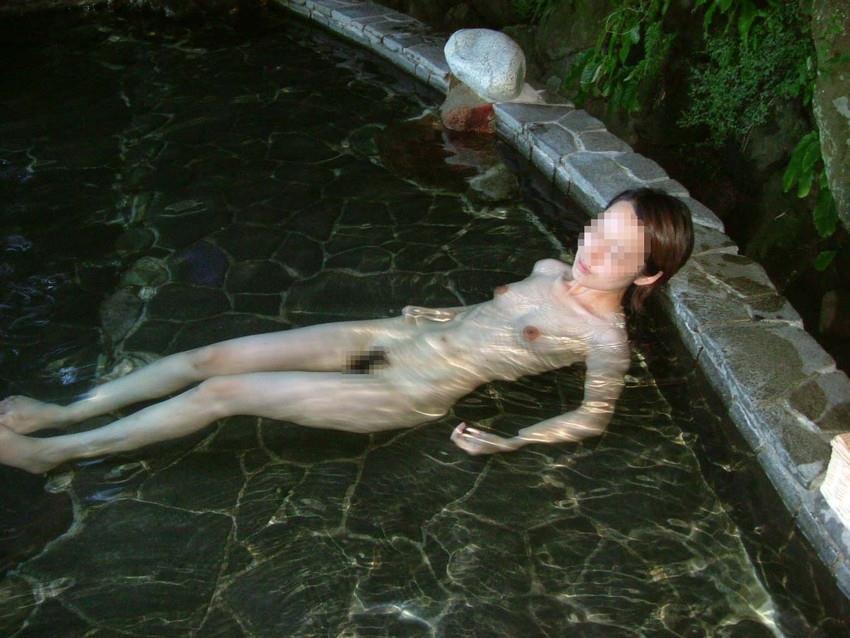 温泉に昼間から入浴していたら、しっかり覗かれちゃった (7)