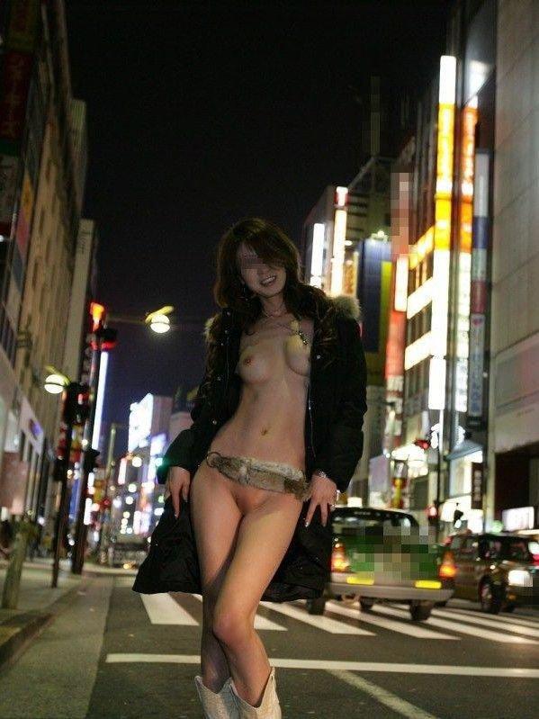 街で脱いじゃう人の目を気にしない女の子 (17)