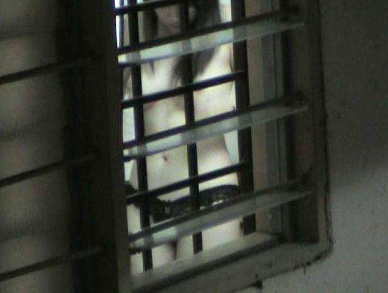 民家の部屋で裸になってる女の子が丸見え (8)