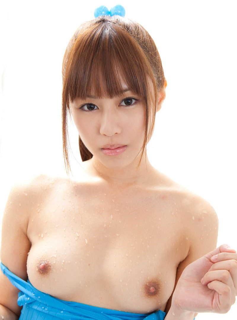髪の毛を後ろで束ねた状態で全裸になる女の子 (10)