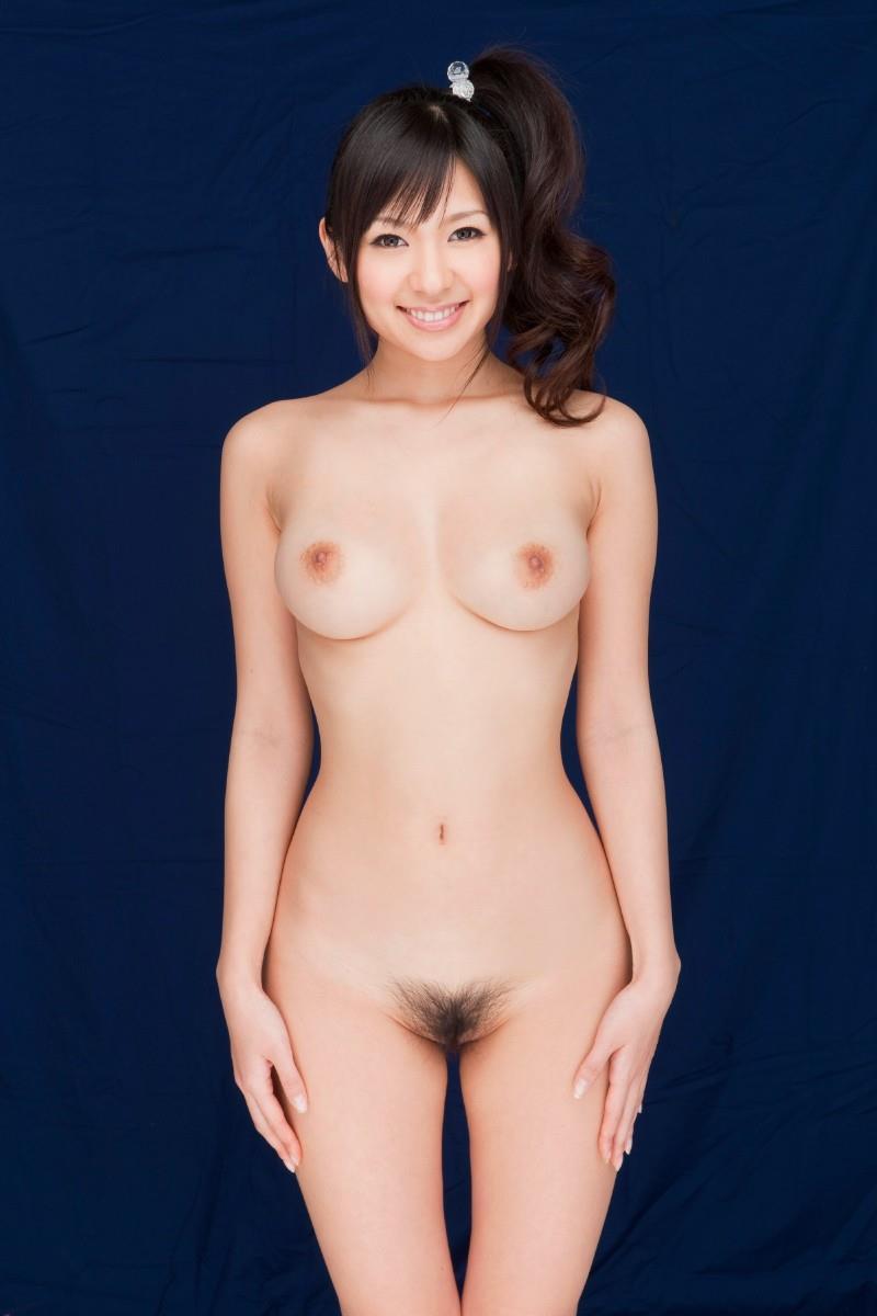 髪の毛を後ろで束ねた状態で全裸になる女の子 (17)