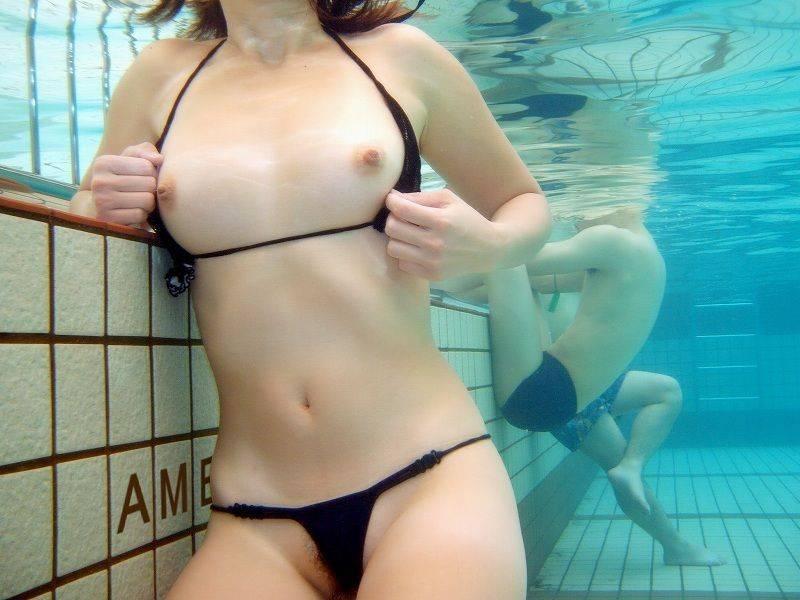 ビキニも脱いで素っ裸になっちゃう女の子 (10)