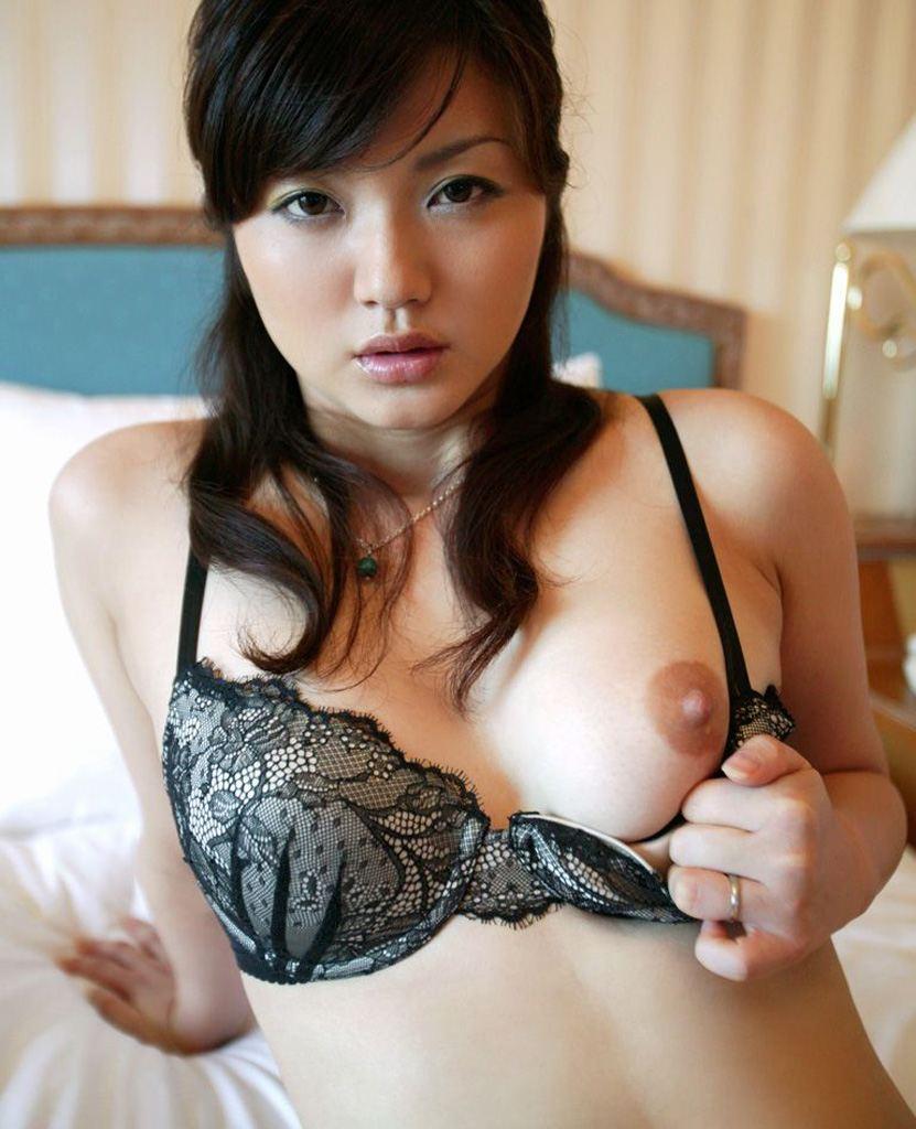 着衣のまま美乳を見せちゃう女の子 (2)