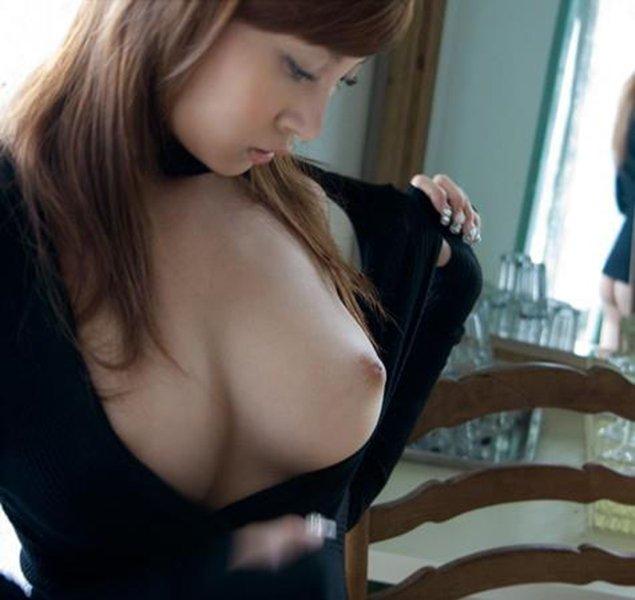 着衣のまま美乳を見せちゃう女の子 (4)