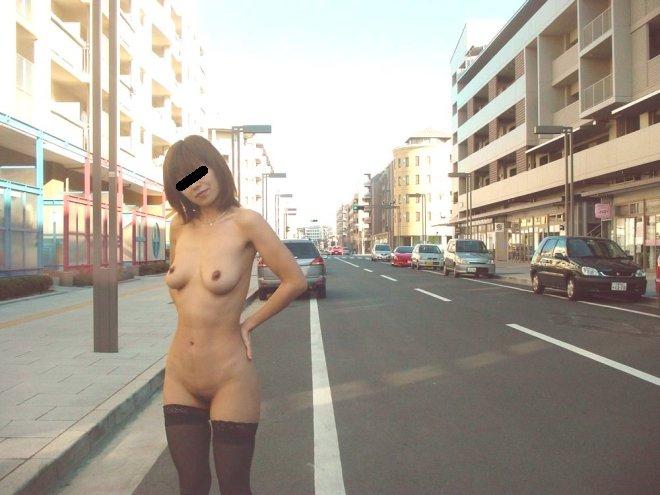 街の中で堂々と服を脱いじゃうエロ過ぎな女の子 (13)