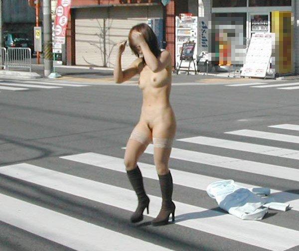 街の中で堂々と服を脱いじゃうエロ過ぎな女の子 (15)