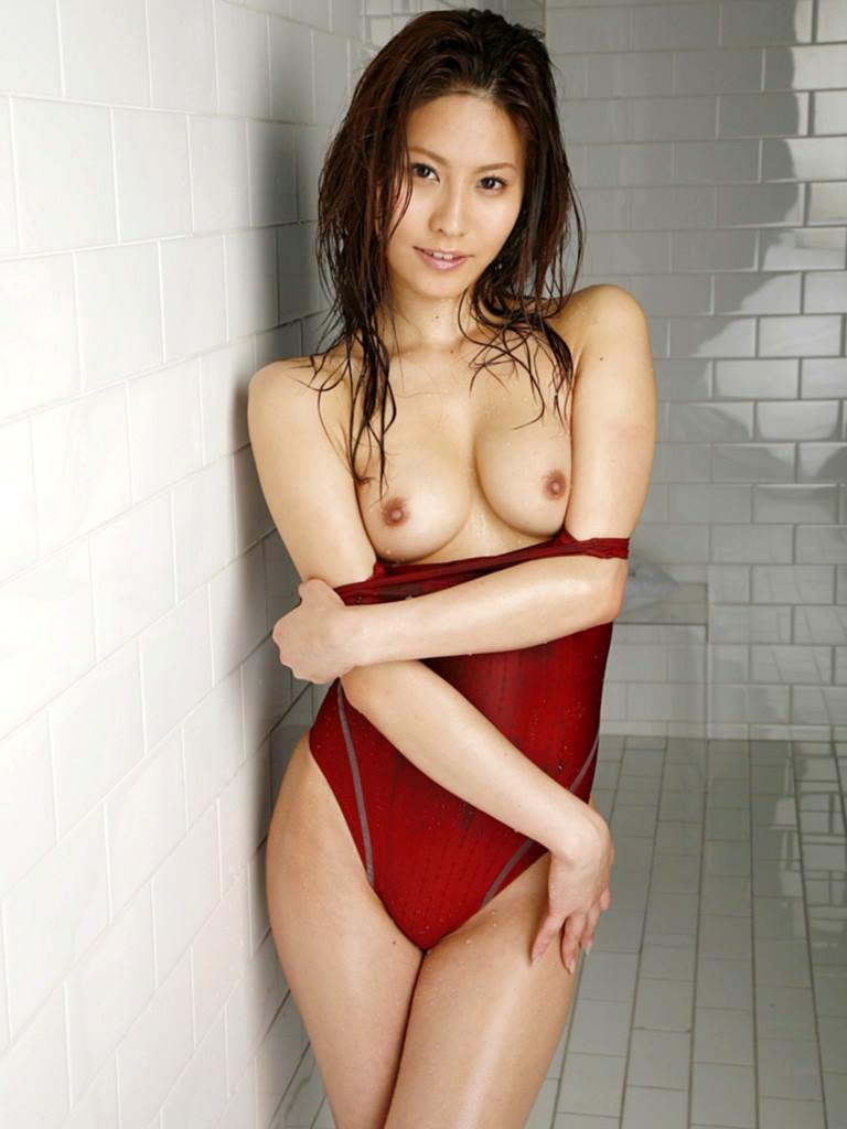 水着を半分脱いで乳房を露出させる女の子 (12)
