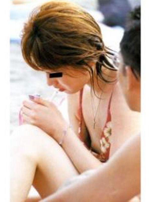 ビキニから乳房が露出されちゃった素人さん (7)