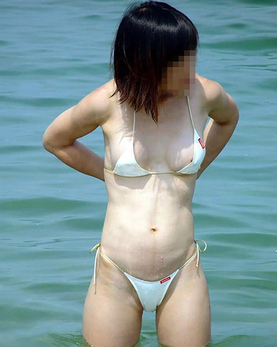 ビキニから乳房が露出されちゃった素人さん (17)