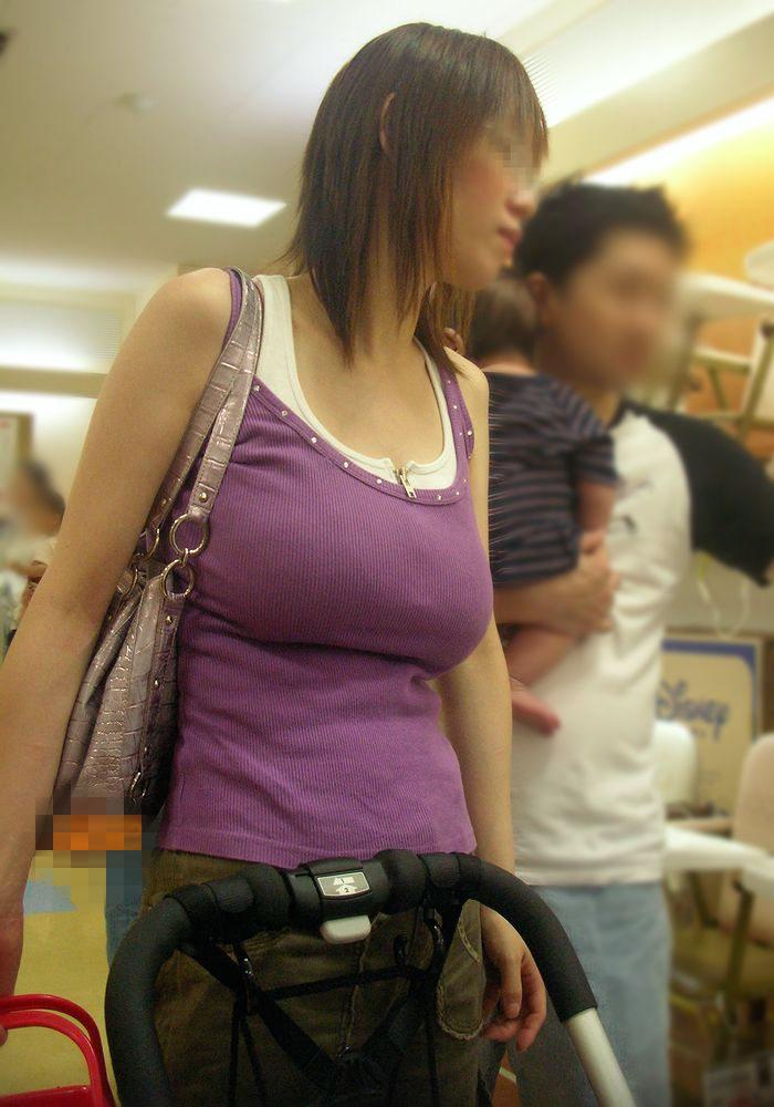 軽装だとデカい乳房が飛び出てきそう (9)