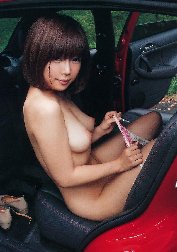 服を脱いでオッパイを露出させる女の子 (14)