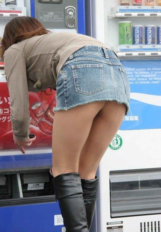 ミニスカートで上体を倒すと後側から下着が見える (19)