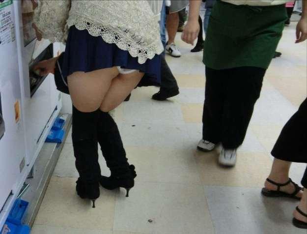 ミニスカートで上体を倒すと後側から下着が見える (7)