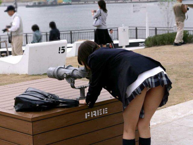 ミニスカートで上体を倒すと後側から下着が見える (8)