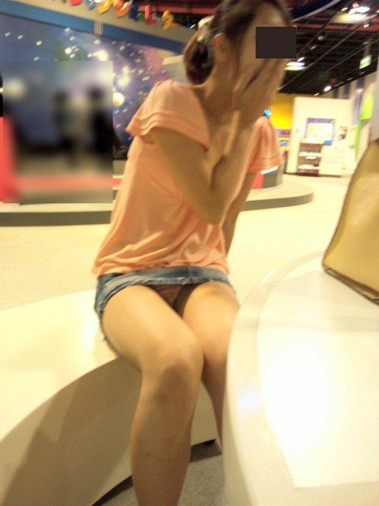スカートの隙間から下着が見えてる (6)