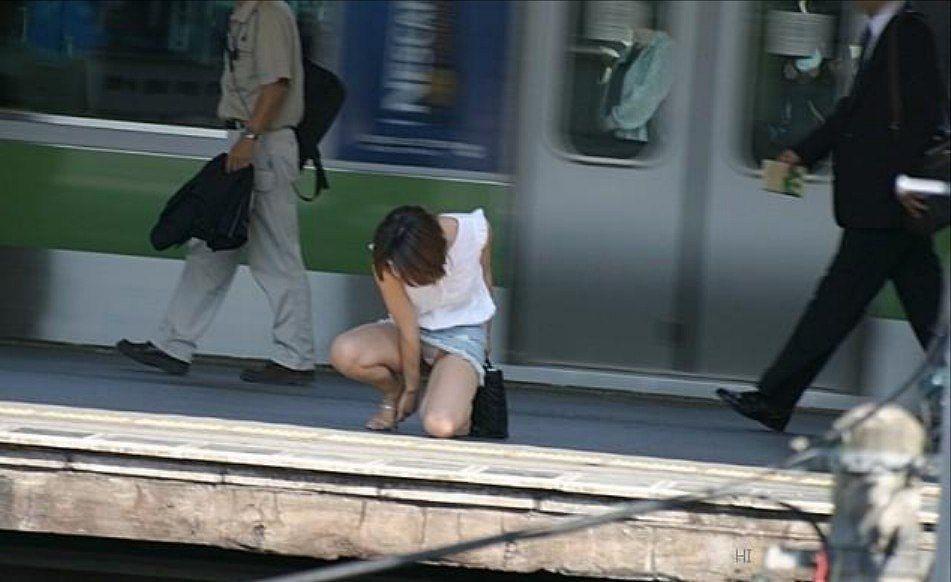 スカートの隙間から下着が見えてる (7)