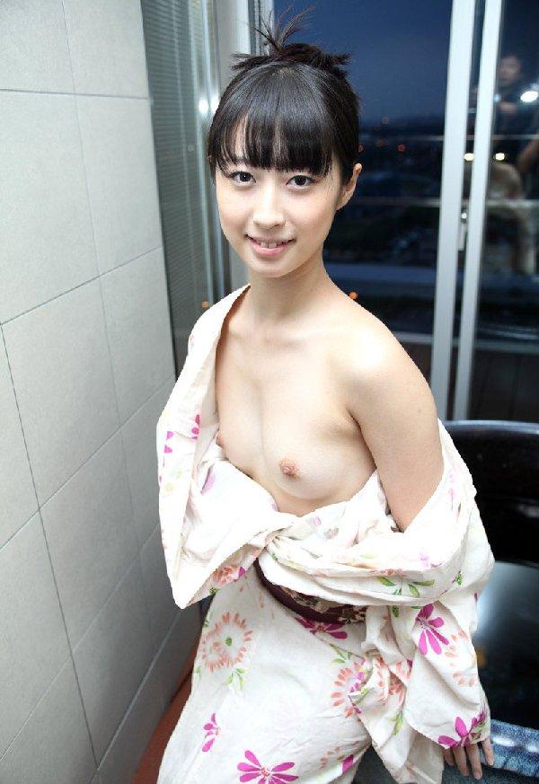 浴衣を脱いで乳房を披露してくれる女の子 (17)