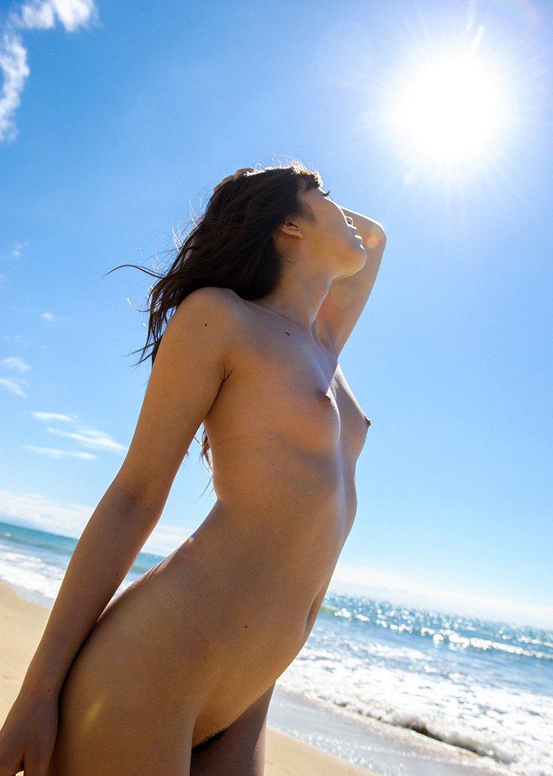 海岸で裸になる芸術的なヌード (12)