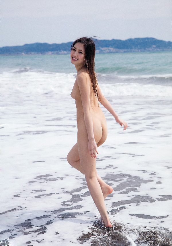 海岸で裸になる芸術的なヌード (8)