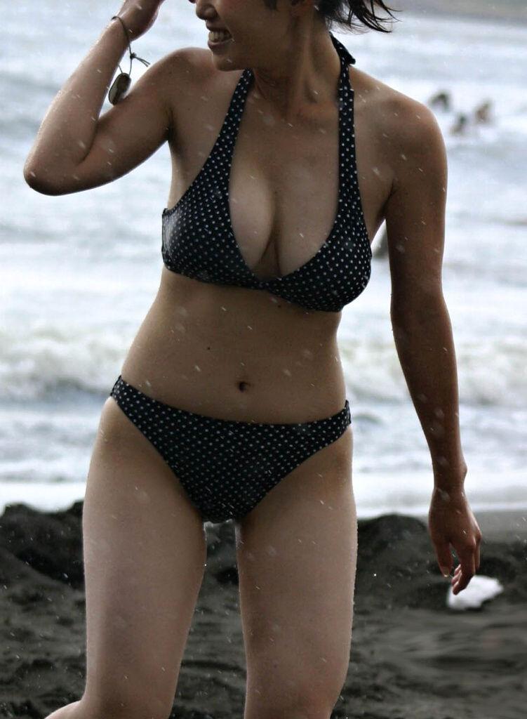 デカい乳房が水着からハミ出そう (14)