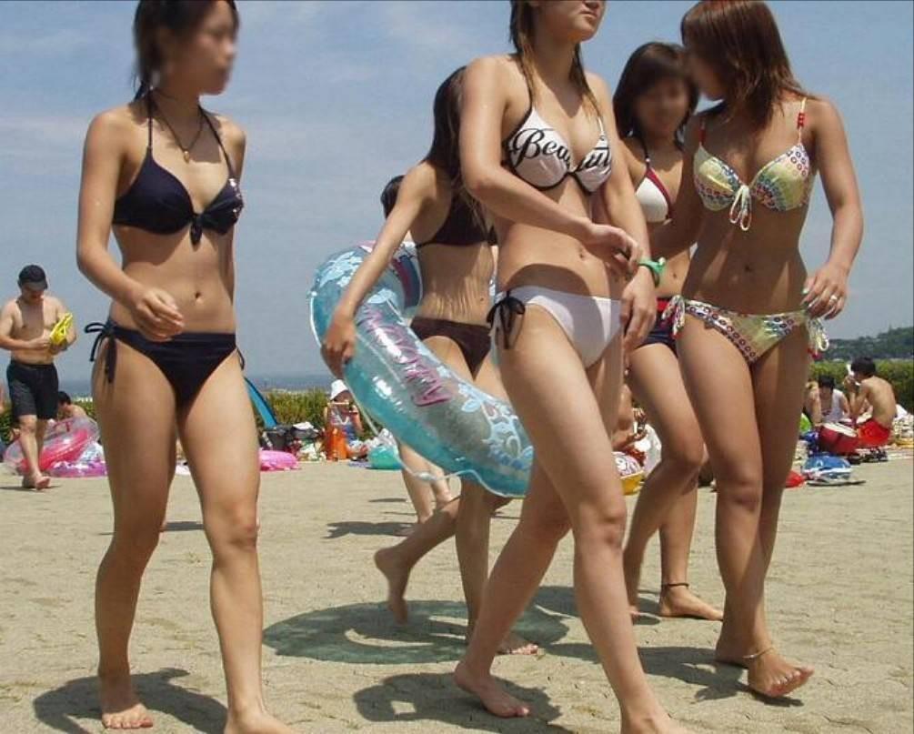 海岸で遊んでいる水着の素人さんがエロい (11)