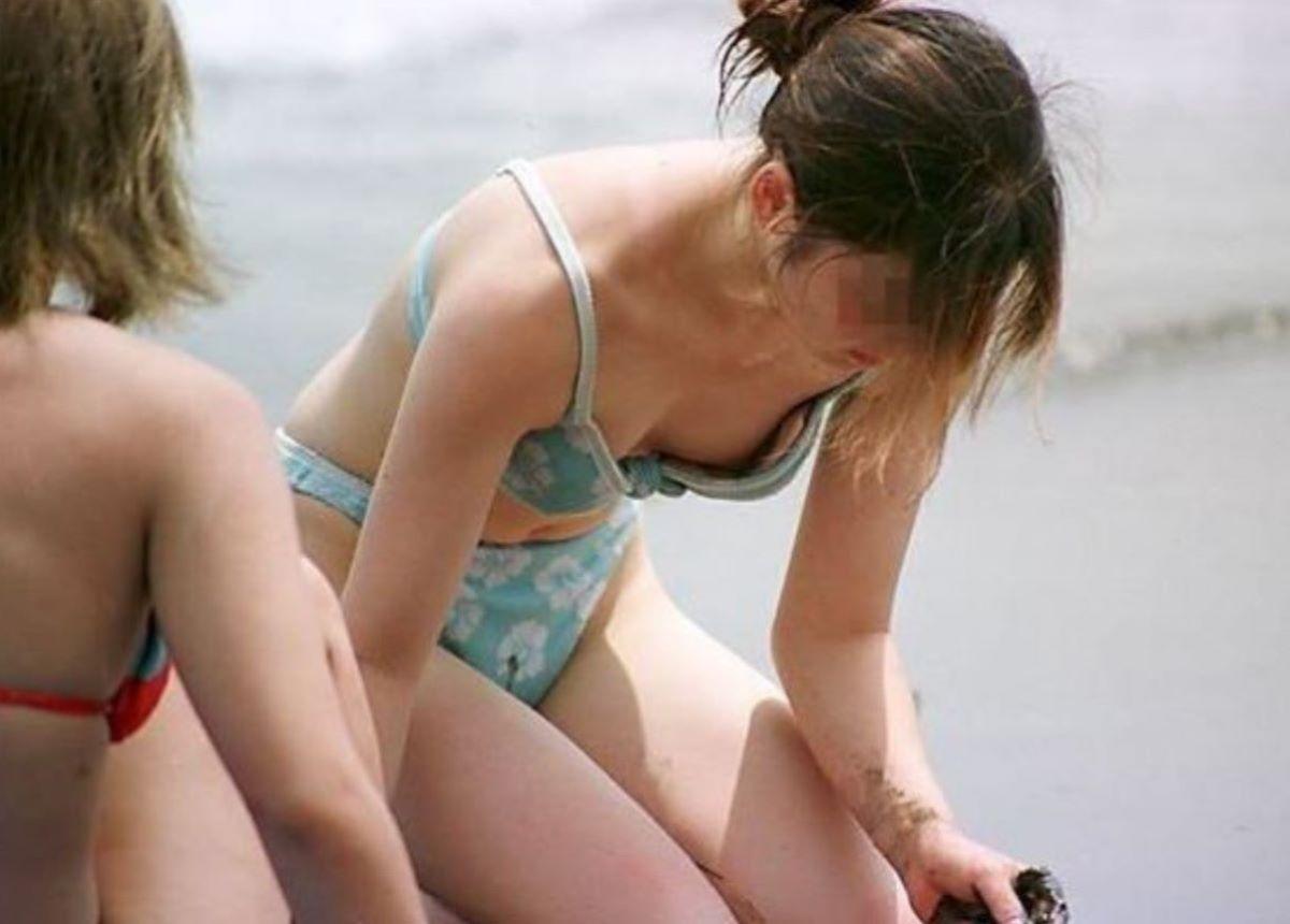 小さな水着から乳頭まで見せちゃった女の子 (2)
