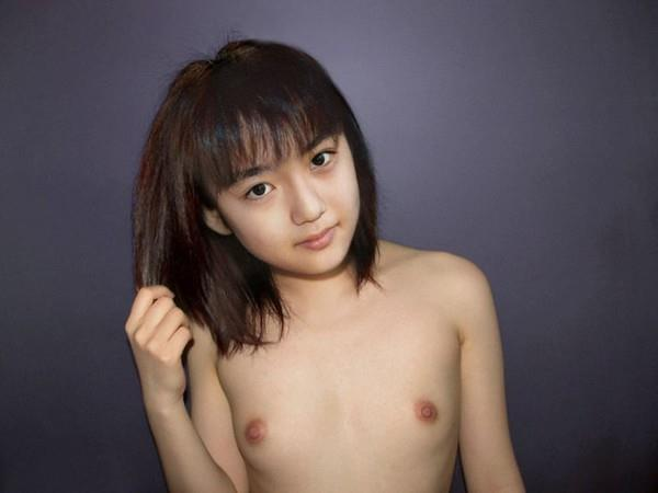 成長途中にも見える小さな乳房 (8)