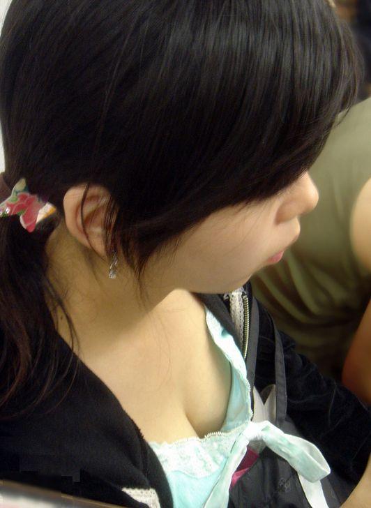 乳房や乳頭が座っている女の子から見えてる (6)