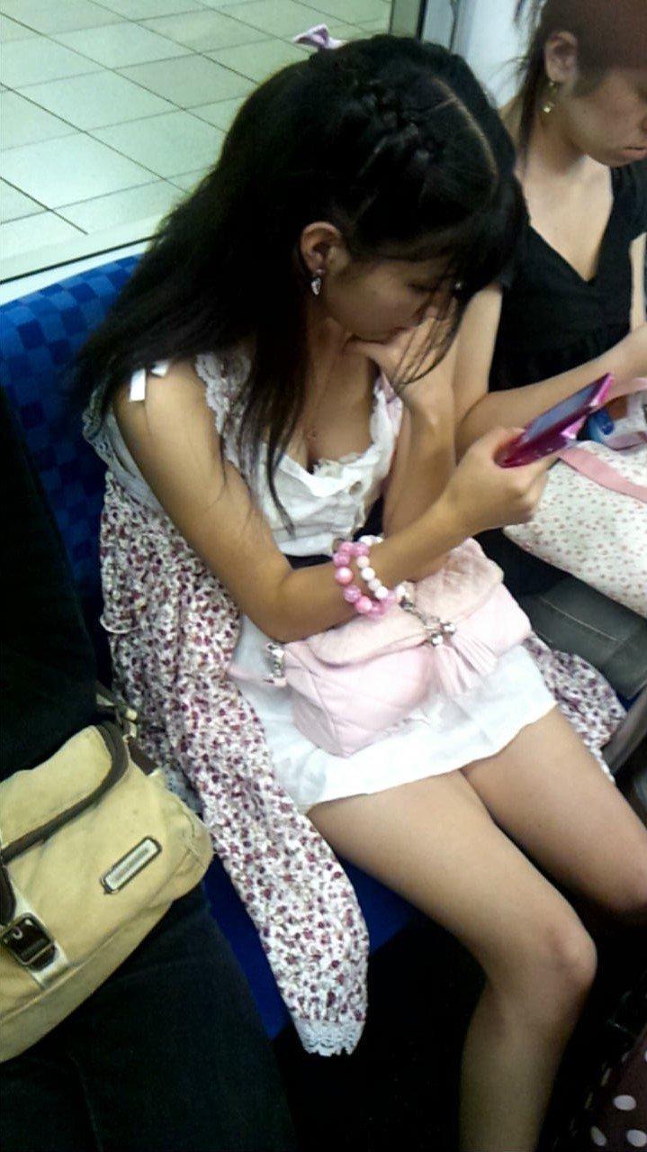 乳房や乳頭が座っている女の子から見えてる (18)